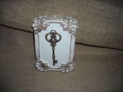 quadretto stile shabby in  gesso con chiave in ottone