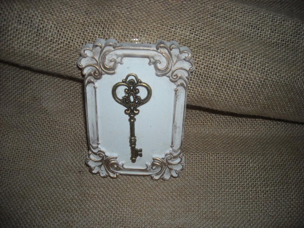 Quadretto stile shabby in gesso con chiave in ottone per - Oggetti di ottone in casa ...