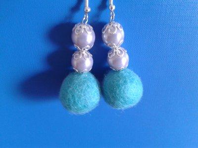Orecchini con doppia perla celeste, coppette copriperla e palline di feltro celesti Creazione Originale