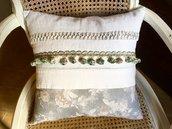 Cuscino vintage con tessuto antico e rose grigio