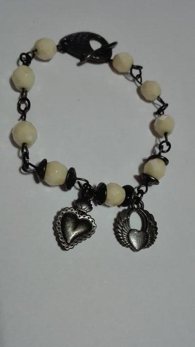 bracciale con pendenti e perline fatto a mano