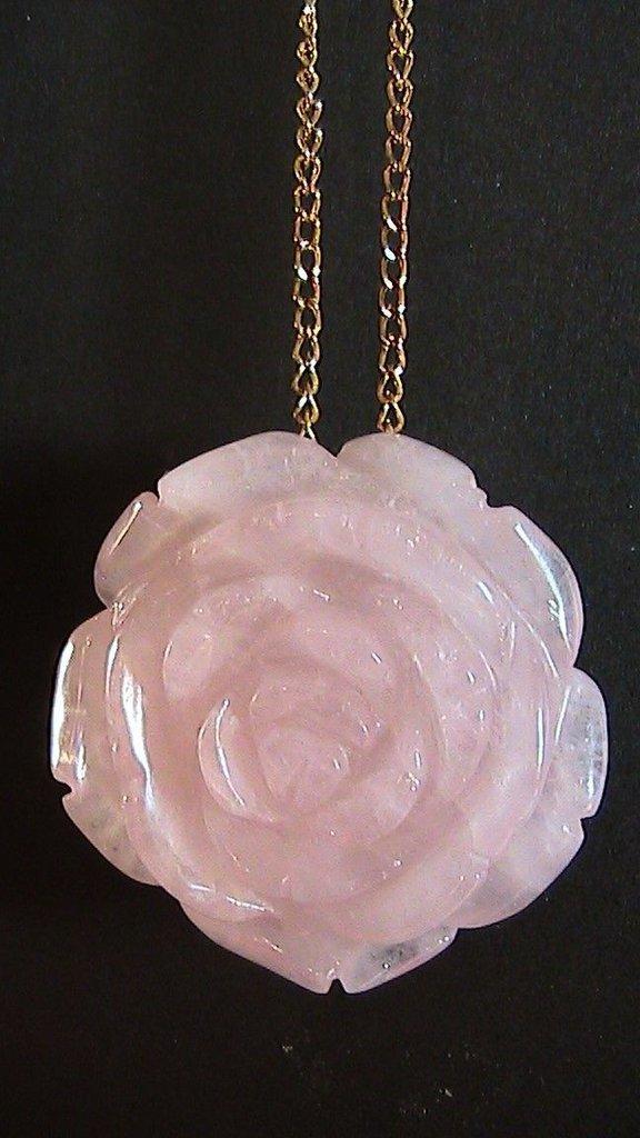 Collana donna con grande ciondolo a forma di rosa intagliata in vero quarzo rosa naturale