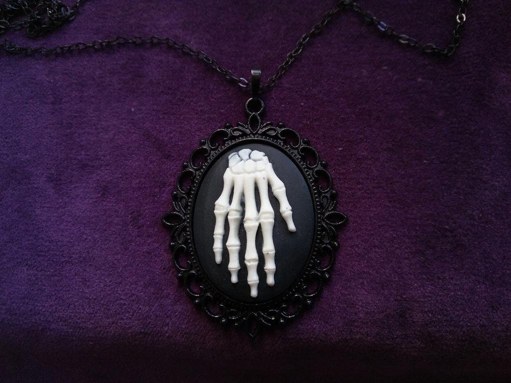 *Cammeo di mano scheletrica con catena*