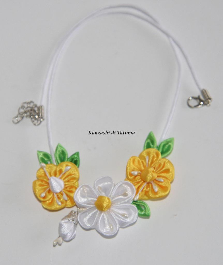 Collana kanzashi con fiori bianci e gialli