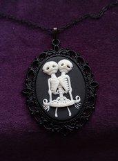 *Cammeo di scheletri di gemelli siamesi con catena*