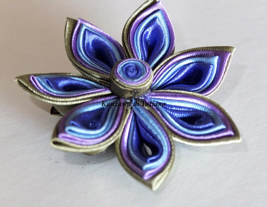 Fiore kanzashi per capelli e uso come spilla