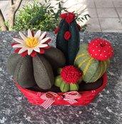 Composizione di Cactus in feltro in cestino di vimini rosso