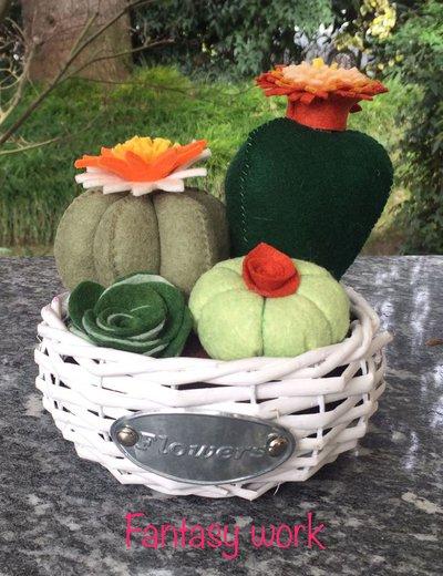composizione di cactus in cestino di vimini rotondo, con fiori di feltro arancione