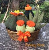 composizione di cactus di feltro in cestino di vimini marrone, con fiori di feltro arancioni