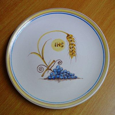 Piatto con simboli eucaristici in ceramica bianca. diam. 20 cm. ca. decorato a mano