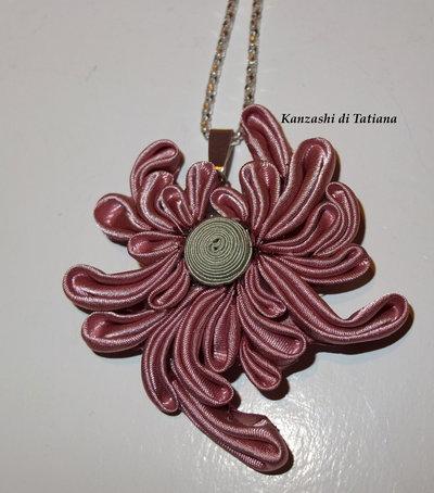 Ciondolo kanzashi fatto a mano fiore colore rosa antica 1