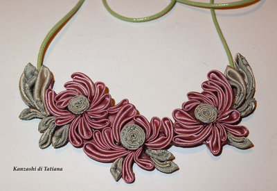 Collana kanzashi con fiori colore rosa antica 1