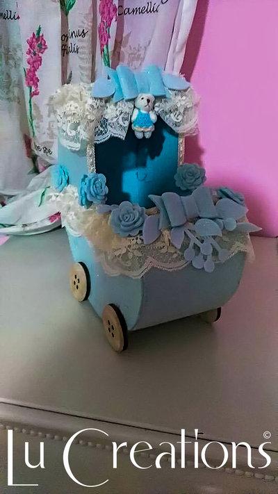 Carrozzina porta confetti per nascita, azzurra e panna realizzata a mano
