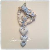 Cuore/fiocco nascita in vimini con roselline,uccellino e cuori sui toni azzurro/beige