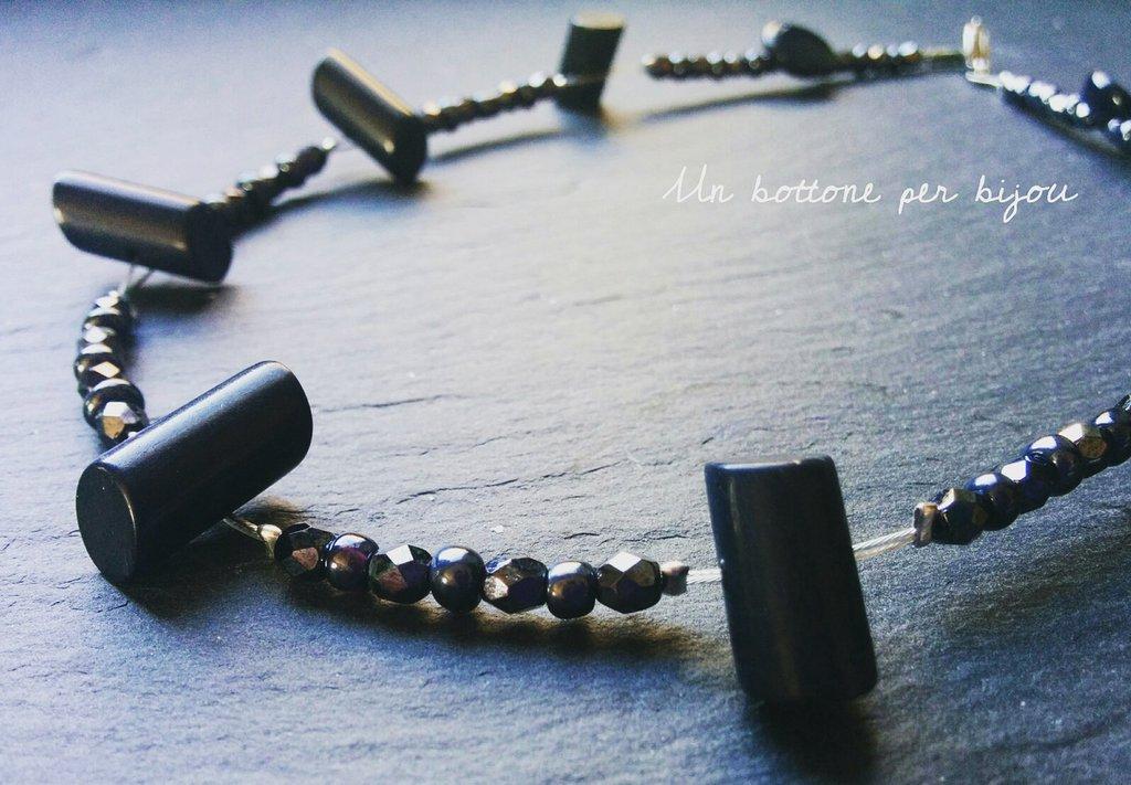 Collana/girocollo con bottoni d 'epoca Art Déco in bachelite blu scuro con mezzi cristalli di Boemia