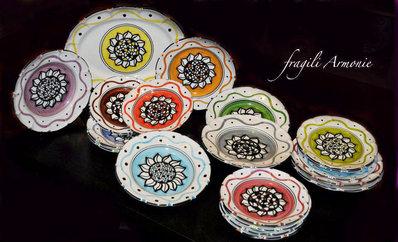 Piatti in ceramica decorati a mano con girasole