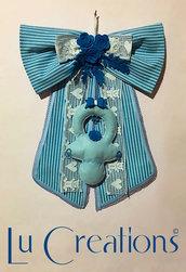 Fiocco nascita in feltro a strisce azzurre e blu e pizzo di milta