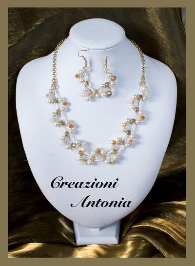 Collana ricamata a mano con perle e cristalli