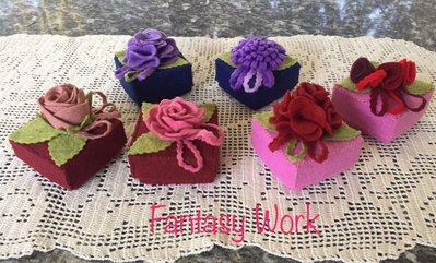 scatole di feltro decorate con fiori di feltro