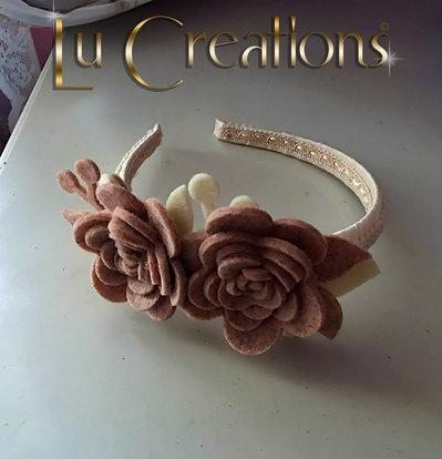 Cerchietto ricoperto con nastro in raso color panna e passamaneria beige, con decori in feltro
