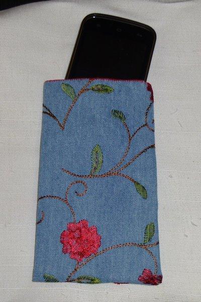 Custodia porta cellulare jeans a fiori rossi, imbottito rifinito a mano