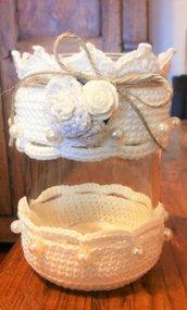 Barattolo grande porta tealight vestito ad uncinetto color panna con motivo molto decorativo
