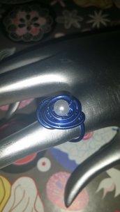 Anello wire blu con perla