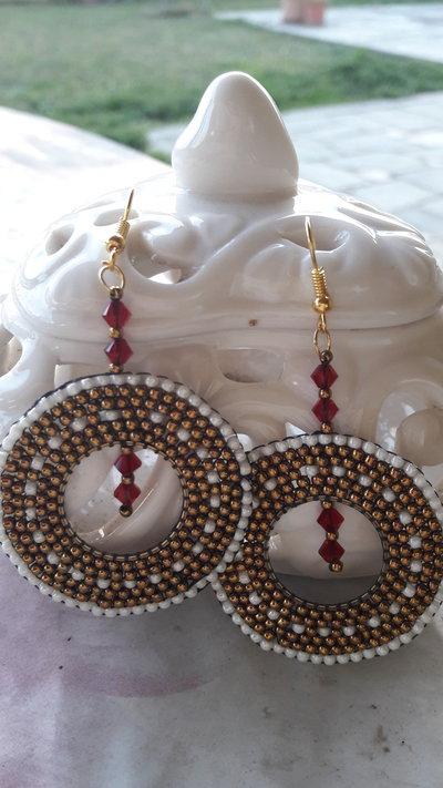 Orecchini a cerchio di perline bronzo-bianco-rosso