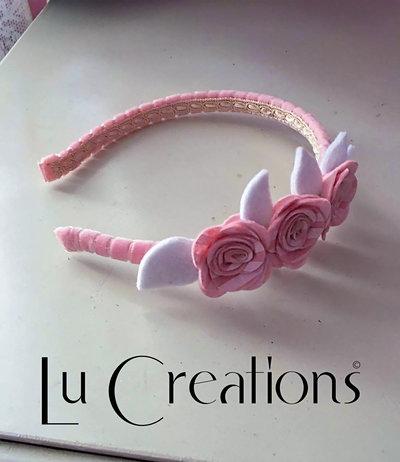 Cerchietto ricoperto con nastro in velluto rosa, decorato con feltro bianco e gomma eva rosa