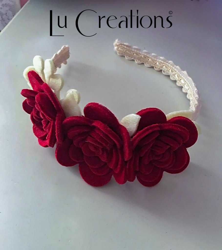 Cerchietto ricoperto con passamaneria bianco panna, decorato con rose e fogliame in feltro