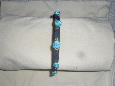 cerchietto blu con roselline di stoffa