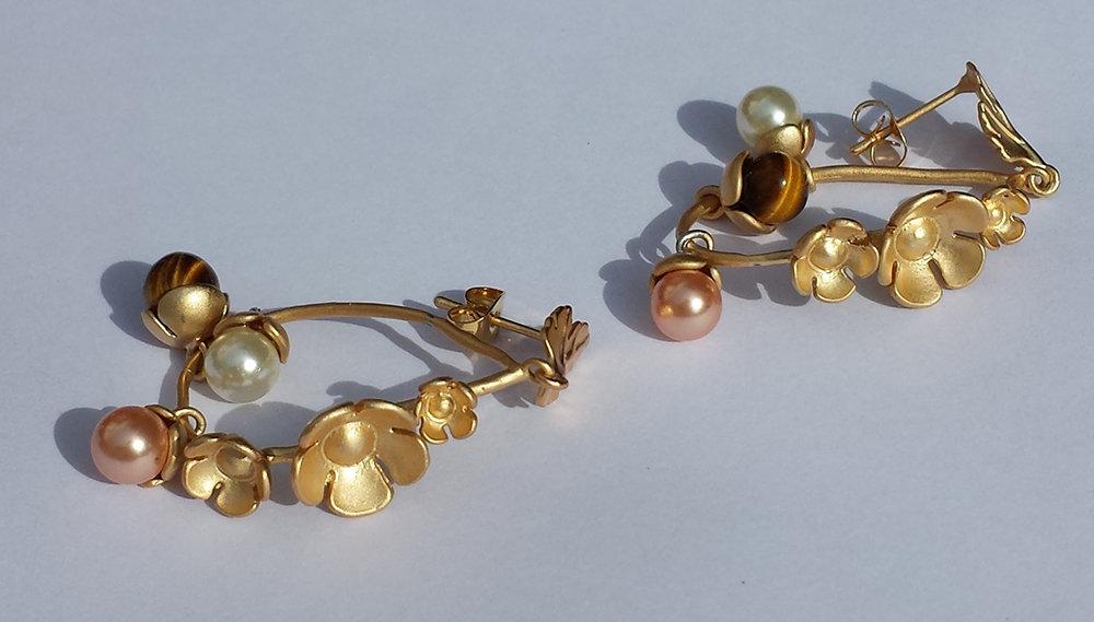 Orecchini chandelier oro matte a perno con fiori, perline Swarovski e occhio di tigre