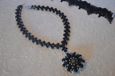 Collana di perle nera con grande ciondolo