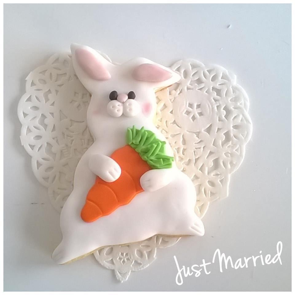 biscotti decorati pasquali, coniglietto con carota, idea regalo
