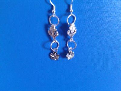 Orecchini di metallo con foglia+fiorellino Creazione Originale