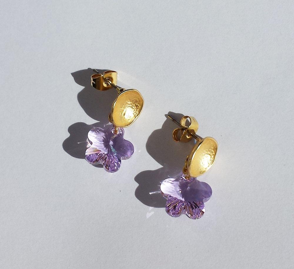 Orecchini in metallo dorato e cristalli Swarovski flower violetto