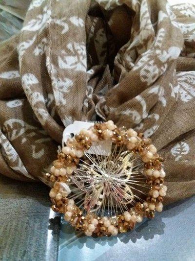 foulard toni del marrone e beige modello con ciondolo