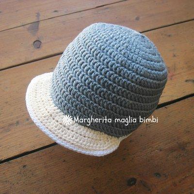 Cappellino/cappello neonato/bambino con visiera in cotone jeans chiaro all'uncinetto