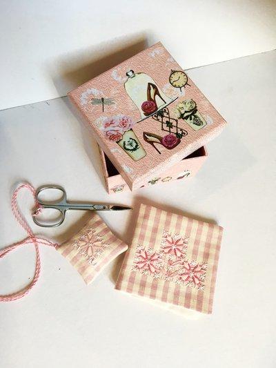 Scatola rosa fashion con set primo cucito ricamato a mano
