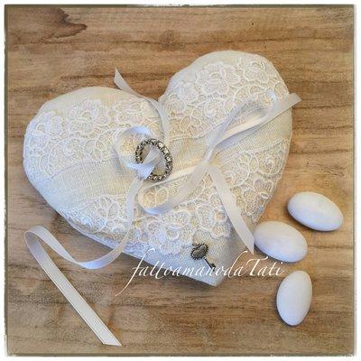 Cuscino porta fedi a forma di cuore in lino bianco impreziosito con pizzo