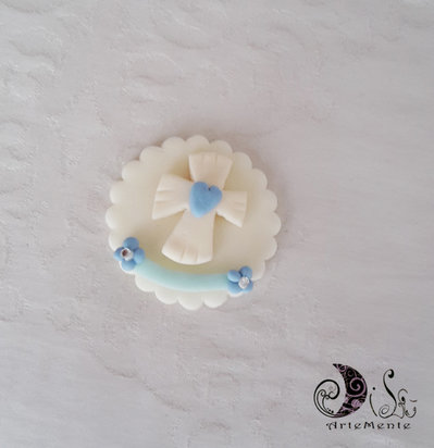 bomboniere calamite prima comunione Le Medaglie croce con cuore e fiori blu e fascia celeste personalizzabili con nome