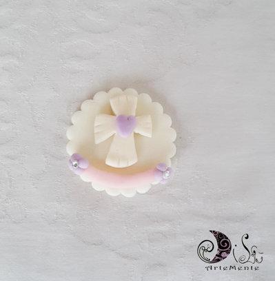 bomboniere calamite prima comunione Le Medaglie per bimba croce con cuore e fiori lilla e fascia rosa personalizzabili con nome