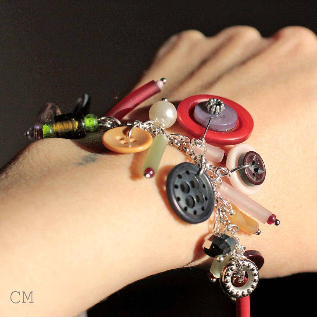 Bracciale Rock con charms colorati nei toni del rosa e del rosso.