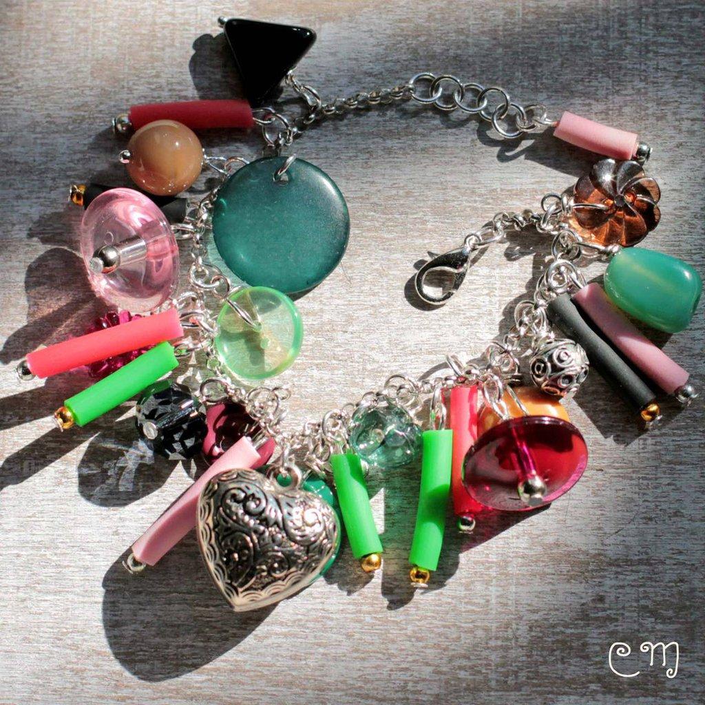 Bracciale Rock con charms colorati verde, rosa e rosso scuro