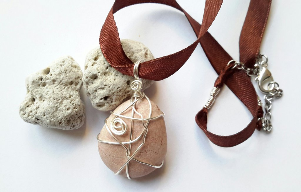 Collana con pendente in pietra