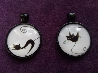 *Lotto di due cabochon in vetro con gatti*