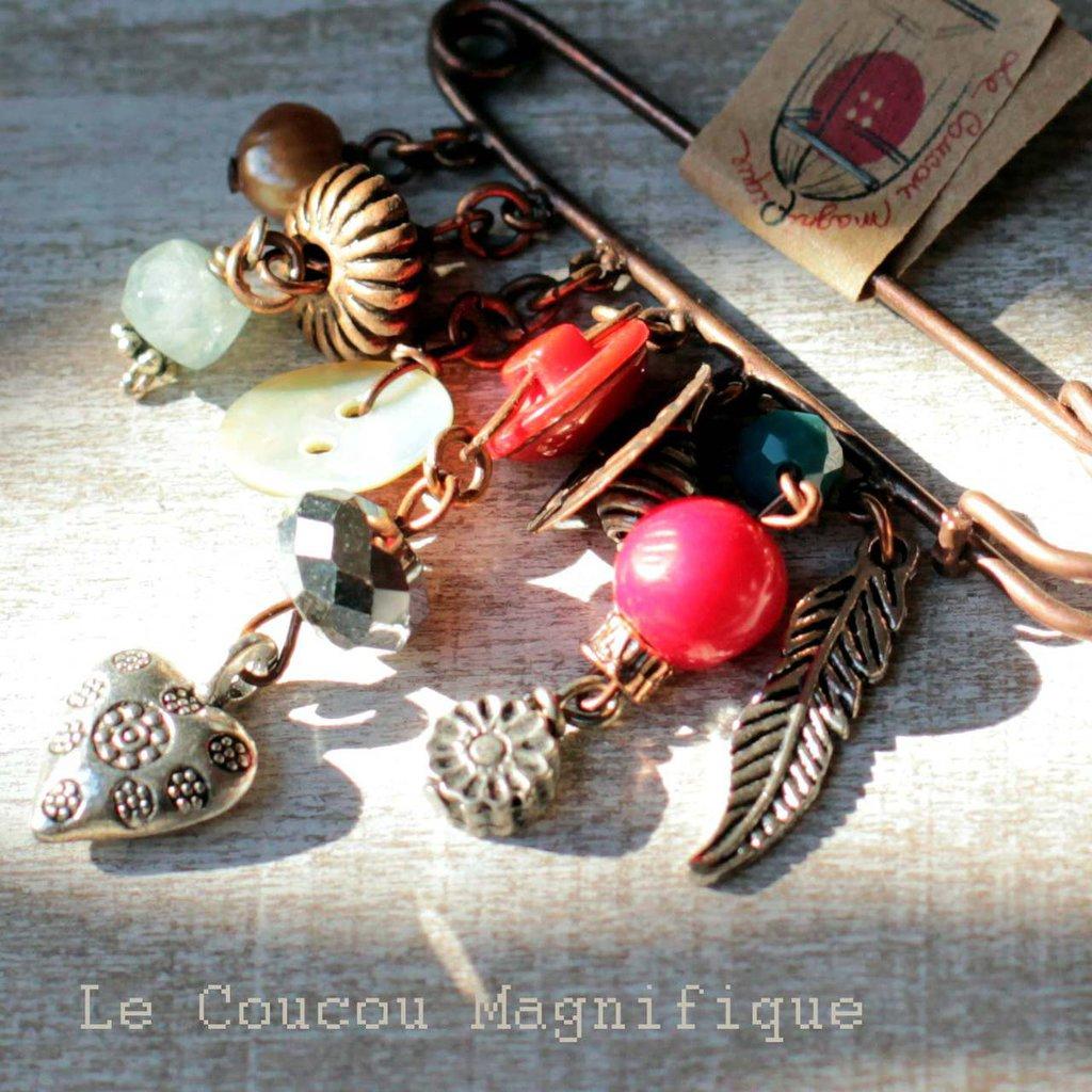 Spillone country chic in rame anticato con charm rossi blu e argento