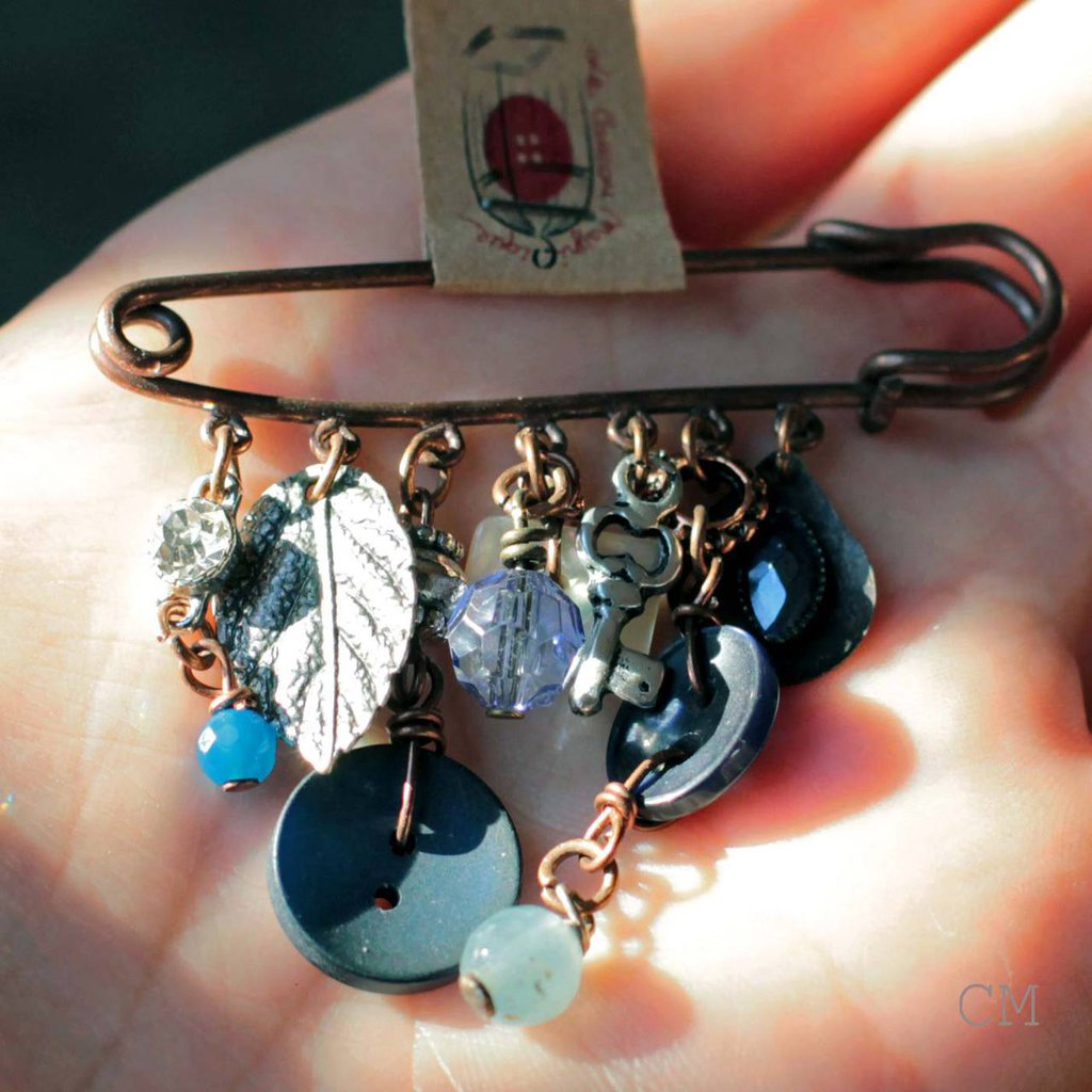 Spillone country chic in rame anticato con charm blu e avorio