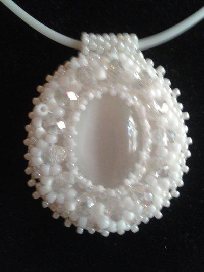 Collana bianca con ciondolo pietra dura