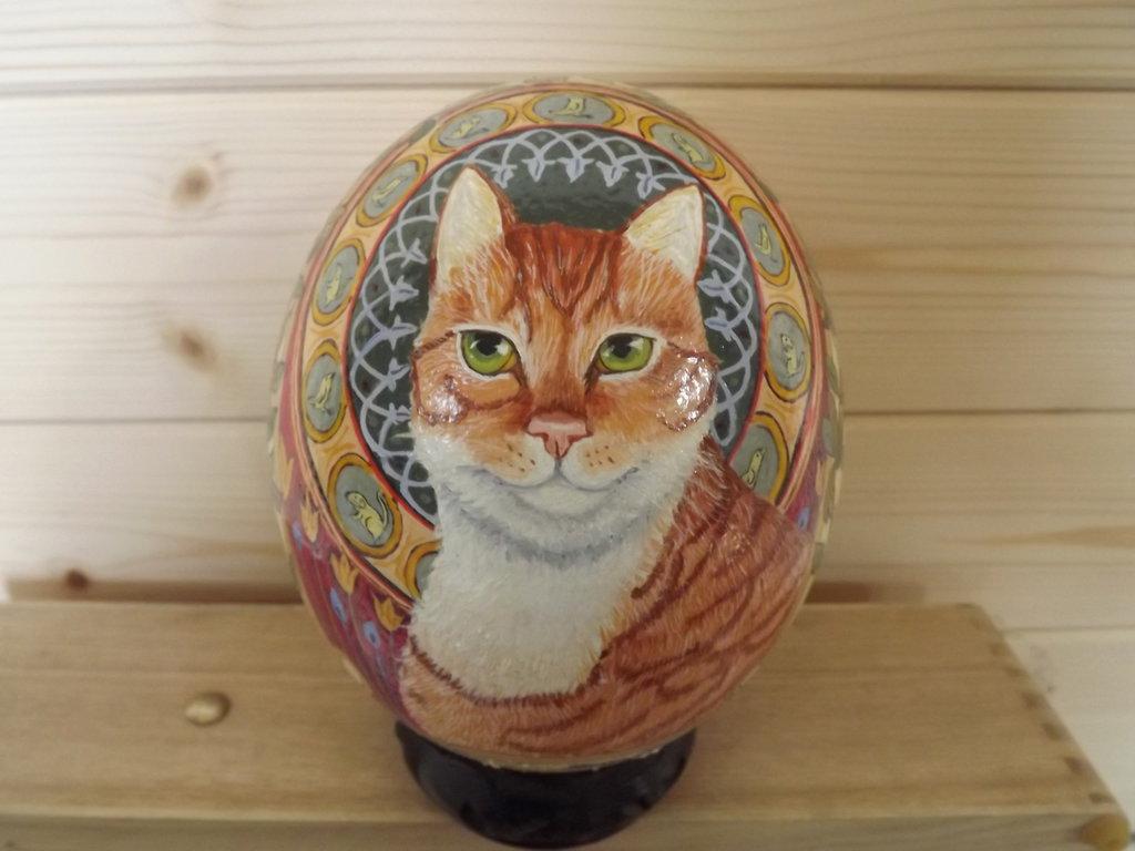 Uovo di struzzo vero, dipinto a mano di un gatto rosso